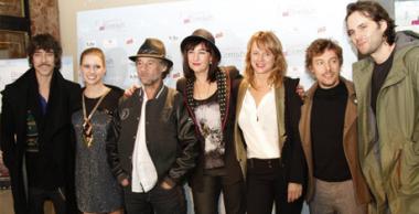 Directora y actores en el fotocall